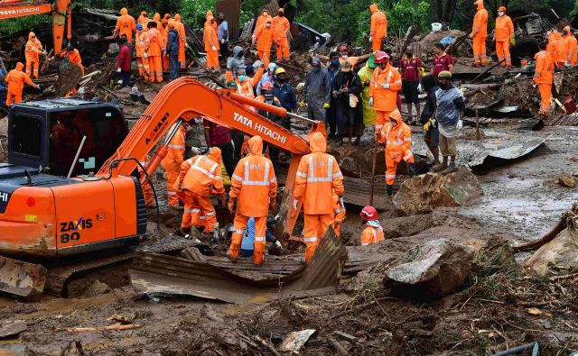 Reševalci iščejo trupla in morebitne preživele. FOTO: STR/AFP
