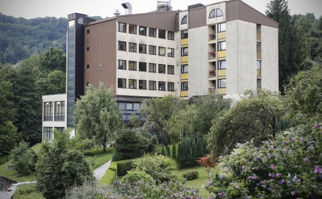 Od izbruha okužbe pred mesecem dni je doslej umrlo osem oskrbovancev doma v Hrastniku.FOTO: Uroš Hočevar/Delo