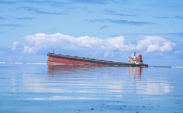 Plovilo MV Wakashio, ki pripada japonskemu podjetju, vendar je plulo pod panamsko zastavo, je nasedlo na skalo v morskem parku Blue Bay ob obali Mavricija. Francija je poslala letala in tehnične svetovalce na Mavricij, potem ko je premier pozval k nujni pomoči, da bi preprečili hujše razlitje nafte, ki onesnažuje znane grebene te otoške države. V ekološko zaščitenem morskem območju ob jugovzhodni obali je že izteklo vsaj 1000 ton nafte. FOTO: Daren MaureeAfp