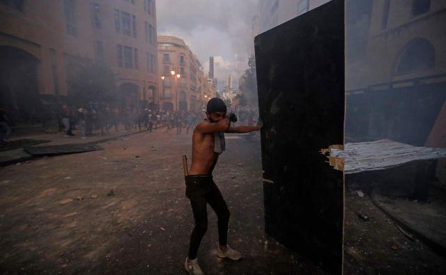 Frustrirani Bejrutčani, ki nimajo več česa izgubiti, srdito protestirajo proti oblastem. FOTO: Joseph Eid/AFP