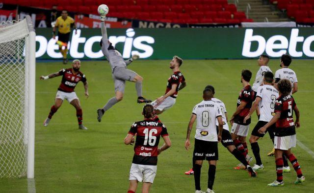 Na legendarnem stadionu Maracana v Rio de Janeiru sta se na prvi tekmi brazilskega prvenstva za zaprtimi vrati pomerila Flamengo in Atletico Mineiro. Slednji je zmagal z 0:1 z golom Filipeja Luisa. FOTO: Ricardo Moraes/Reuters