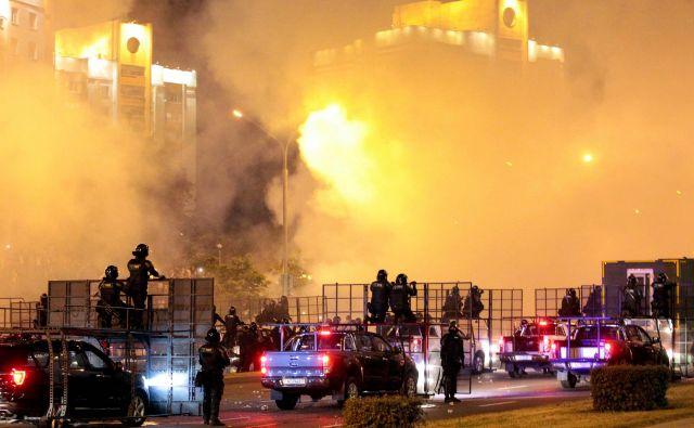 Po navedbah nekaterih opazovalcev se je v prestolnici Minsk včeraj zbralo okoli 100.000 protestnikov.FOTO: Siarhei Leskiec/AFP