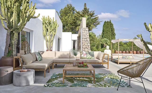 Če imate na terasi ob hiši oz. stanovanju dovolj prostora, ne sme manjkati udobna vrtna zofa. Ta lahko po obliki in barvah spominja na tisto za dnevno sobo, le da ima ogrodje iz lesa ali kovine. Foto Arhiv Maisons Du Monde