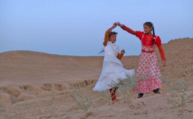 V iraškem filmu<em> </em><em>Črte v pesku, zgodba o zgodovini</em> otroci skozi igro poustvarijo stoletje iraške zgodovine. Foto arhiv Kina Otok