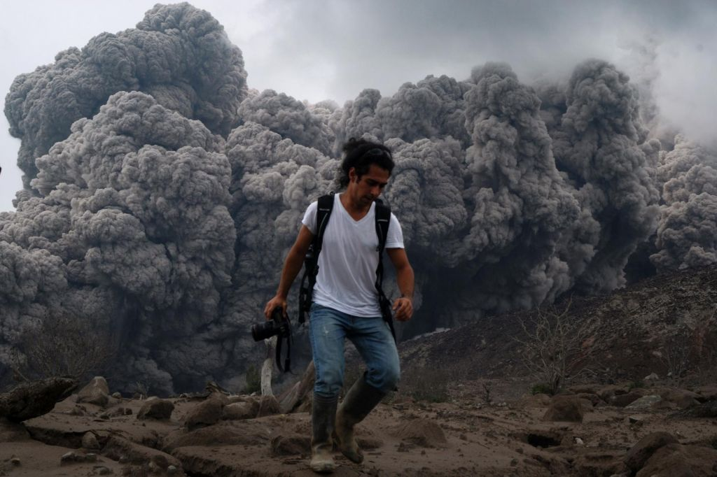 Nad vulkanom Sinabung petkilometrski steber dima in pepela