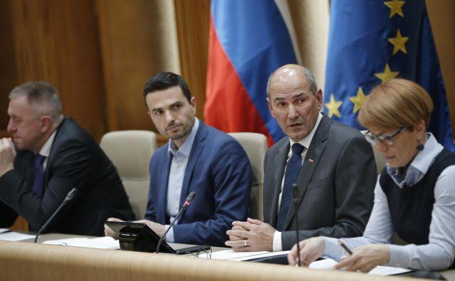 Od leve proti desni: gospodarski minister Zdravko Počivalšek, obrambni minister Matej Tonin,premier Janez Janša in kmetijska ministrica Aleksandra Pivec. FOTO: Jure Eržen/Delo
