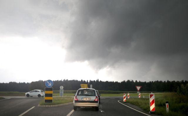 Agencija RS za okolje opozarja na možnost neviht danes zvečer. FOTO: Blaž Samec/Delo