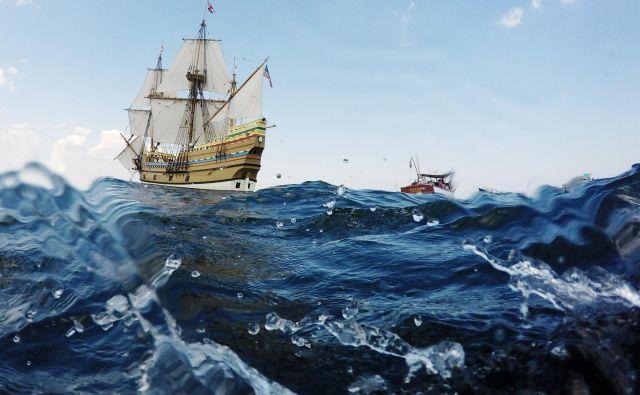 Na novo prenovljena fregata Mayflower II, replika originalne ladje, ki je iz Anglije priplula leta 1620, na testni plovbi v zalivu Plymoutha, v ameriški zvezni državi Massachusetts. FOTO: Brian Snyder/Reuters
