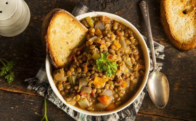 Če niste na dieti, postrezite s popečenim kruhom. Juha ostane v hladilniku dobra vsaj še dva dni. FOTO: Shutterstock