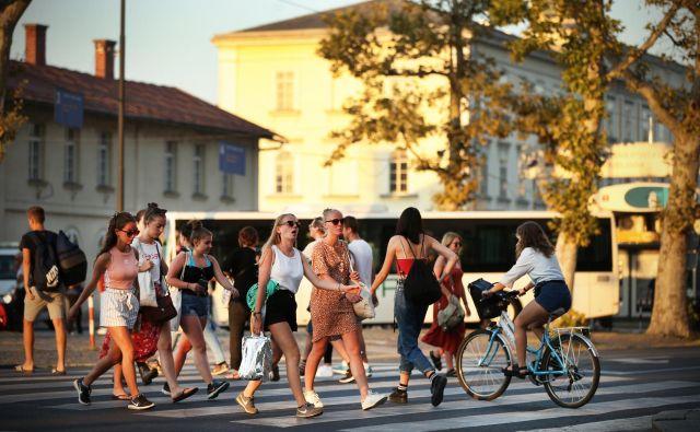 V Sloveniji živi približno 310.000 mladih, starih od 15 do 29 let, med 29-letniki jih ima 40 odstotkov vsaj višješolsko izobrazbo, skoraj 81 odstotkov je zaposlenih. Foto Jure Eržen