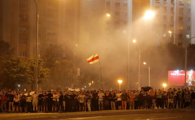 Protestniki proti Aleksandru Lukašenku so se začeli po objavi rezultatov vzporednih volitev. FOTO: Vasily Fedosenko/Reuters