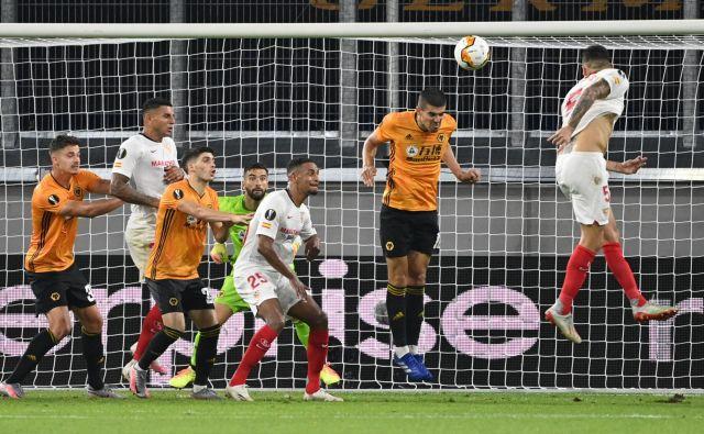 Lucas Ocampos je takole dosegel zmagoviti gol za Sevillo. FOTO: Ina Fassbender/Reuters