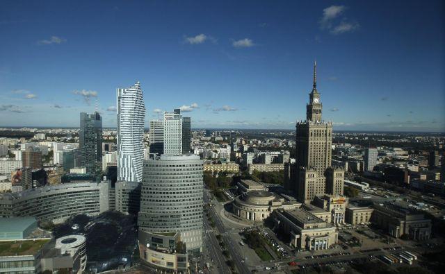 Z vstopom številnih tujih multinacionalk v zadnjih 20 letih je Varšava postala pomembno regijsko središče. Spremenila se je tudi podoba dela mesta, ki je v delu posejan z visokimi poslovnimi stolpnicami. FOTO: Kacper Pempel/Reuters