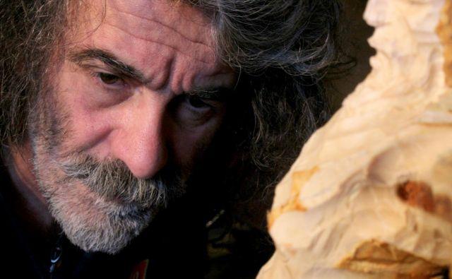 Mauro Corona se je kiparsko izšolal pri ladinskem mojstru lesa Augustu Murerju. FOTO: osebni arhiv