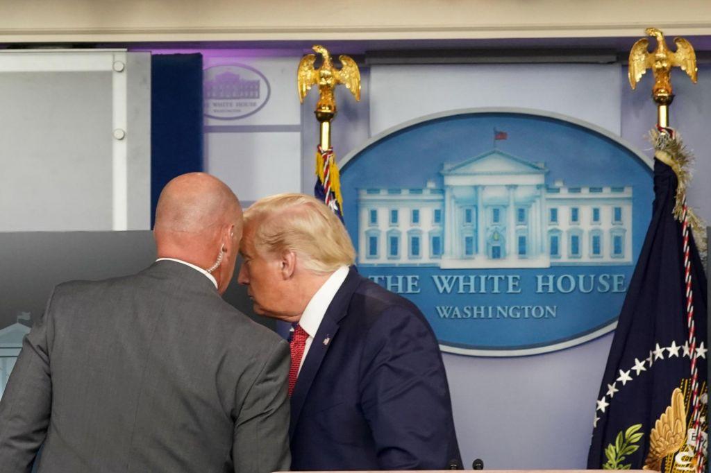 Trumpa odpeljali s tiskovne konference