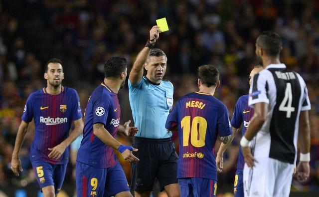 Damir Skomina ne prizanaša niti največjim zvezdnikom, tako je leta 2017 pokazal rumeni karton Lionelu Messiju. FOTO: AFP