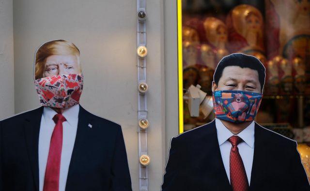 Podobi ameriškega predsednika Donalda Trumpa in kitajskega voditelja Xi Jinpinga z maskama v moskovski trgovini.Foto Evgenia Novozhenina Reuters