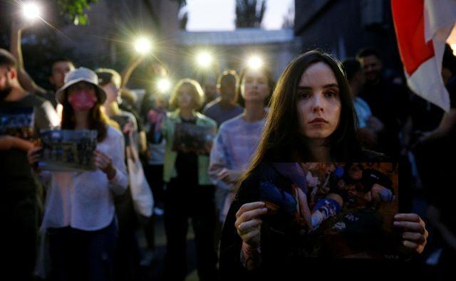 Protesti v Minsku in drugod po Belorusiji potekajo od nedelje, ko so najprej objavili rezultate vzporednih volitev, sledila je še objava uradnih. Sodeč po teh je Aleksander Lukašenko osvojil 80 odstotkov glasov. FOTO:Valentin Ogirenko/Reuters