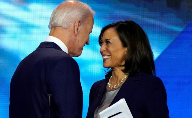 Joe Biden očitno ni zameril Kamali Harris, da ga je med demokratskimi televizijskimi soočenji lani ostro napadla zaradi podpore zagovornikom rasne segregacije. Foto Mike Blake/Reuters