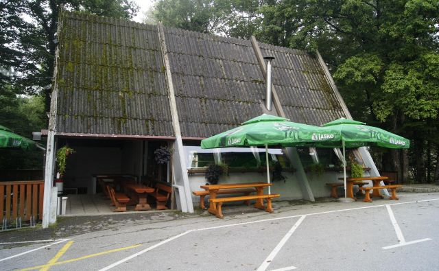 Gostinski lokal pred bolnico Franja od danes ni več na voljo trumam turistov. FOTO: Žarko Rejc