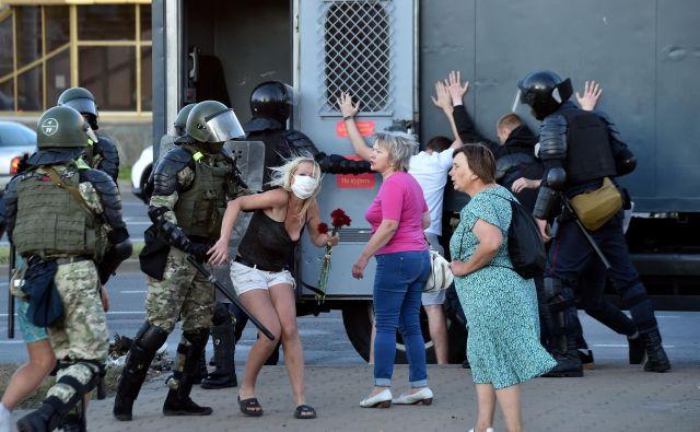 V Minsku znova nasilje, protesti so napovedani tudi za danes.<br /> Policija je aretirala že več kot 5000 ljudi. Protesti na ulicah beloruskih mest potekajo od nedeljske razglasitve, ko si je Lukašenko zagotovil šesti predsedniški mandat. FOTO: Sergei Gapon/Afp