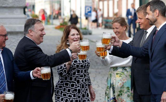 Ameriški državni sekretar Mike Pompeo s soprogo Susan in češki zunanji minister Tomáš Petříček s soprogo Ivo so v Plzňu nazdravili z vrčkom piva. Foto Petr David Josek/AFP