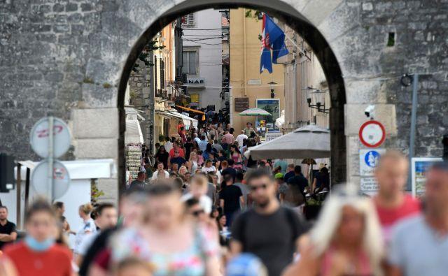 Gneča turistov v Zadru. FOTO: Denis Lovrović/AFP