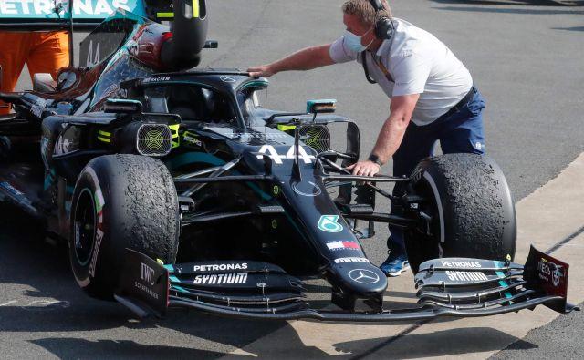Mercedesovi mehaniki morajo pogruntati, kako preprečiti tako hitro obrabo in poškodbo gum ob toplem vremenu. Foto: Frank Augstein/AFP