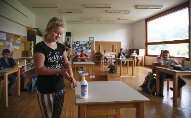 Po Evropi, kjer že odpirajo šole, poudarjajo umivanje rok, ohranjanje razdalje in skrb, da se razredi med sabo ne mešajo. FOTO: Matej Družnik/Delo