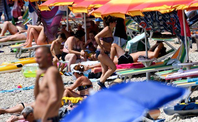 Gneče na Hrvaških plažah. FOTO: Denis Lovrovic/AFP
