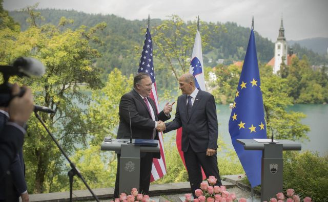 Slovenci smo hvaležni ZDA za njihovo dvakratno obrambo in reševanje naše stare celine v prejšnjem stoletju – pred fašizmom in komunizmom, je ob srečanju z ameriškim gostom dejal premier Janša. Foto: Jure Eržen