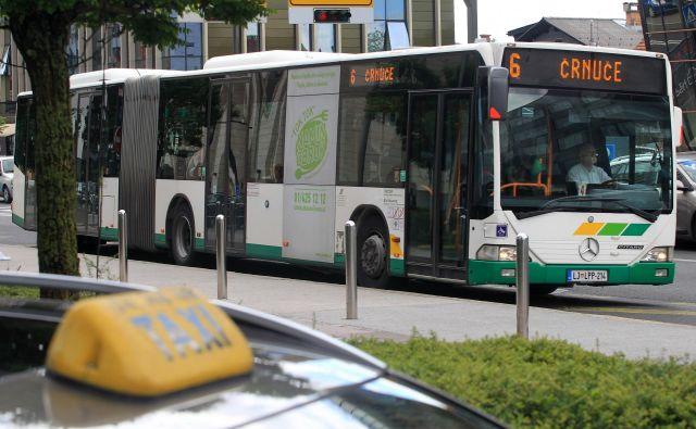 Zakaj avtobusa 6 in 6B, ki imata skupno traso od Dolgega mosta do Razstavišča, vozita skoraj sočasno – po voznem redu le z eno ali dvema minutama zamika? Foto Blaž� Samec/Delo