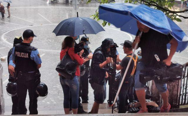 Polcija popisuje ekipo RTV. FOTO: Jože Suhadolnik/Delo