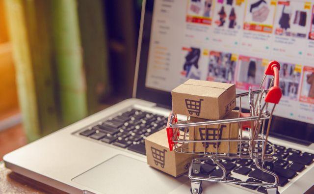 Kupci si v spletni trgovini želijo izdelek pogledati in doživeti enako kot v fizični trgovini, zato so nekateri ponudniki dodali še videodoživetja, ki so na voljo tudi že v Sloveniji. FOTO: Namakuki/Shutterstock