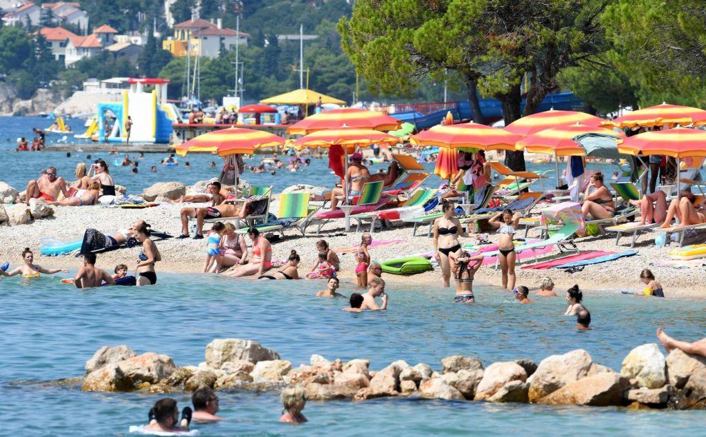 FOTO:NIJZ dopustnike poziva, da po vrnitvi s Hrvaške omejijo stike