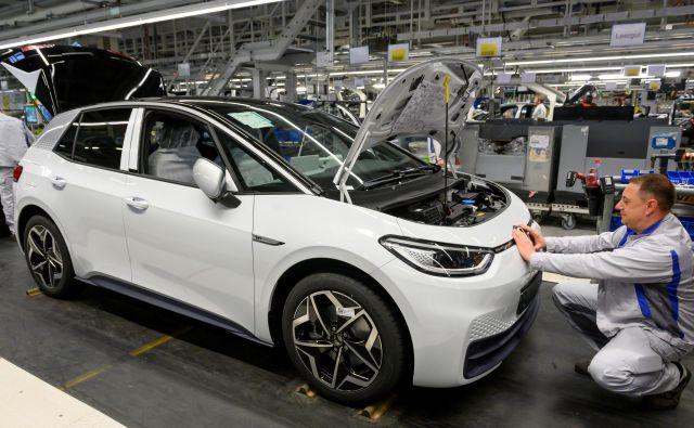 Jeseni naj bi se prodaja električnih avtomobilov še okrepila, tudi zaradi novincev, kot je volkswagen ID 3. Foto Matthias Rietschel/Reuters