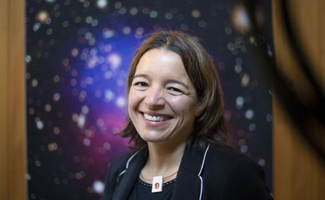 Dr. Maruša Bradač je profesorica na oddelku za fiziko in astronomijo na univerzi v Davisu (University of California). Proučuje lastnosti temne snovi in prve galaksije, ki so nastale v vesolju, je vodja več velikih opazovalnih projektov na največjih observatorijih in satelitih. Foto Jože Suhadolnik