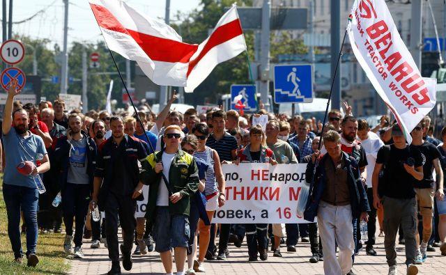 V Belorusiji se nadaljujejo množični protesti proti Lukašenku. Po nekaterih ocenah se je v nedeljo na ulicah Minska zbralo okoli 220.000 protestnikov. Foto: Vasilij Fedosenko/Reuters