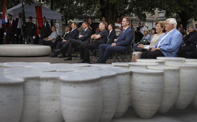 Spomenik posvečen priključitvi Prekmurja je talni mozaik, 360 vrčev pa simbolizira slovansko lončevino. FOTO: Jože Suhadolnik/Delo