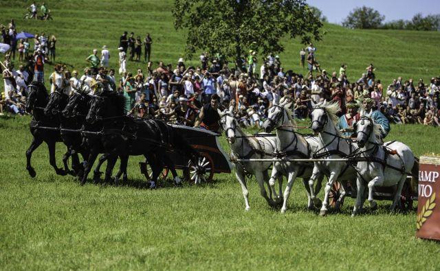 Dvoboj kvadrig na lanskih Rimskih igrah na Ptuju.<br /> Foto Črtomir Goznik