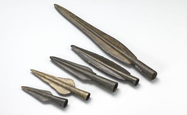 Izbrane bronaste sulične osti iz Ljubljanice (12.–10. stoletje pr. Kr.). Rombična ost (spodaj) je bila odkrita v prsnem košu skeleta. Ost z dvojnima rebroma na zgornjem delu tula (sredina) ima najštevilnejše primerjave v karpatskem zgornjem Potisju. Foto Tomaž Lauko © Narodni muzej Slovenije