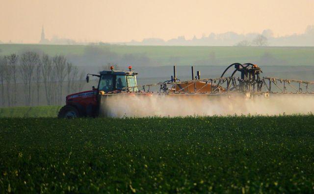 V Sloveniji je bilo v zadnjih petih letih izdanih 62 dovoljenj za uporabo pesticidov za nujne primere. FOTO: Pascal Rossignol/Reuters