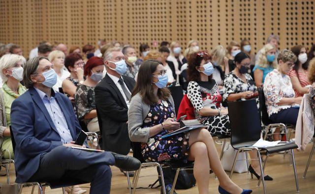 Kot je dejala ministrica, trenutna epidemiološka slika kaže, da se lahko v šolo vrnejo vsi, a se to lahko tudi spremeni. FOTO: Leon Vidic/Delo