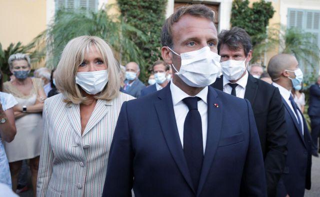 Francozi nosijo vse več maske, prvi par tudi.<br /> FOTO: Eric Gaillard/Reuters