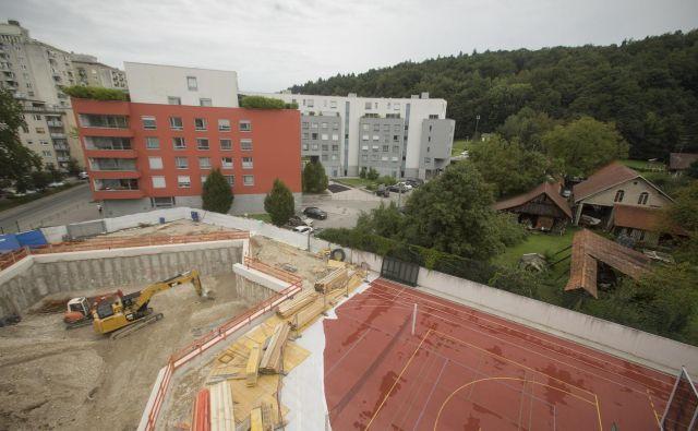 Utrjevanje gradbene jame pri OŠ Riharda Jakopiča. FOTO: Jure Eržen/Delo
