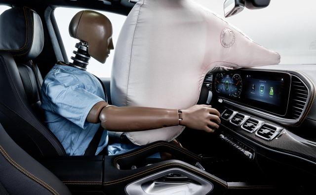 Mercedesova zamisel zračne blazine za voznika v avtonomnih avtomobilih: volan bo manjši in se bo ob trku umaknil, blazina pa bi se odprla iz armaturne plošče in bi bila lahko večja kot danes. Foto Daimler