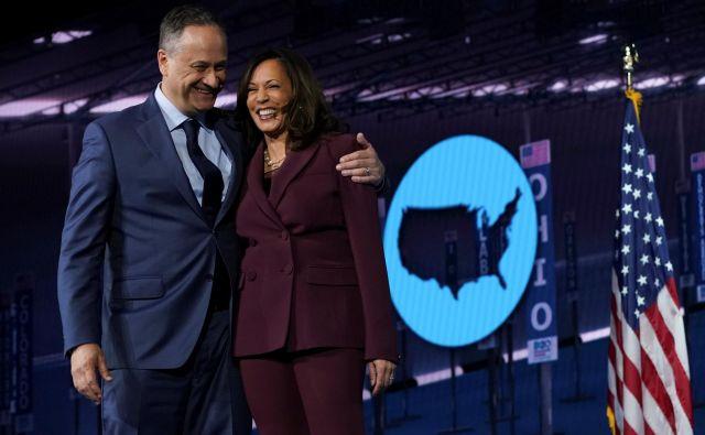 Kamala Harris in njen mož Douglas Emhoff med nedavno demokratsko konvencijo, na kateri je senatorka iz Kalifornije sprejela nominacijo svoje stranke za naslednjo podpredsednico ZDA. FOTO: Kevin Lamarque/Reuters