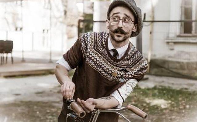 Srečanje z brkatim vodnikom in izposoja koles na Krekovem trgu. FOTO: Tweed Run