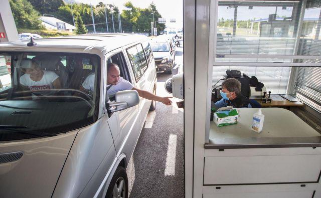 Policisti na mejnem prehodu Jelšane so bili presenečeni nad obvladljivimi vrstami in discipliniranimi potniki. FOTO: Leon Vidic