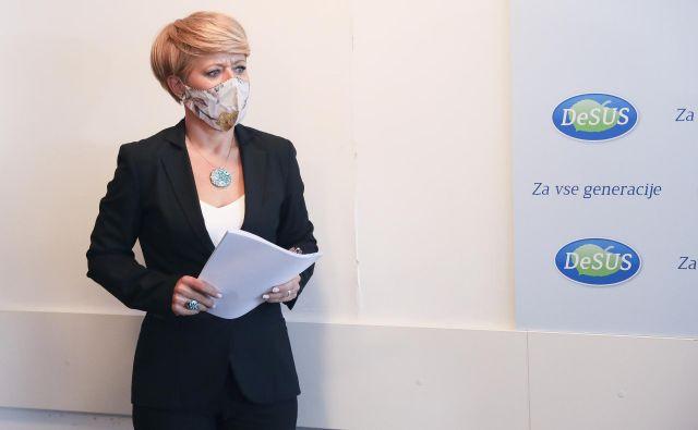 Aleksandra Pivec, predsednica Desusa, ne želi napovedati izida jutrišnjega glasovanja o nezaupnici in ne komentira petkovega sestanka premiera s poslanci. FOTO: Jože Suhadolnik/Delo